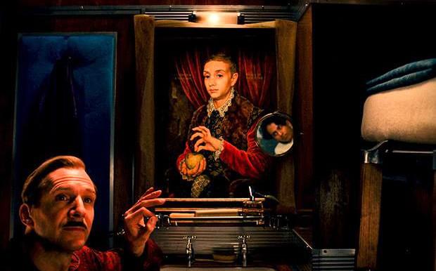 """Картината """"Момче с ябълка"""" от филма """"Гранд хотел Будапеща"""""""