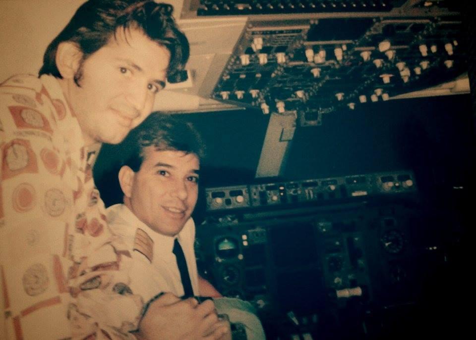 Цецо Елвиса с капитана в пилотската кабина преди полет