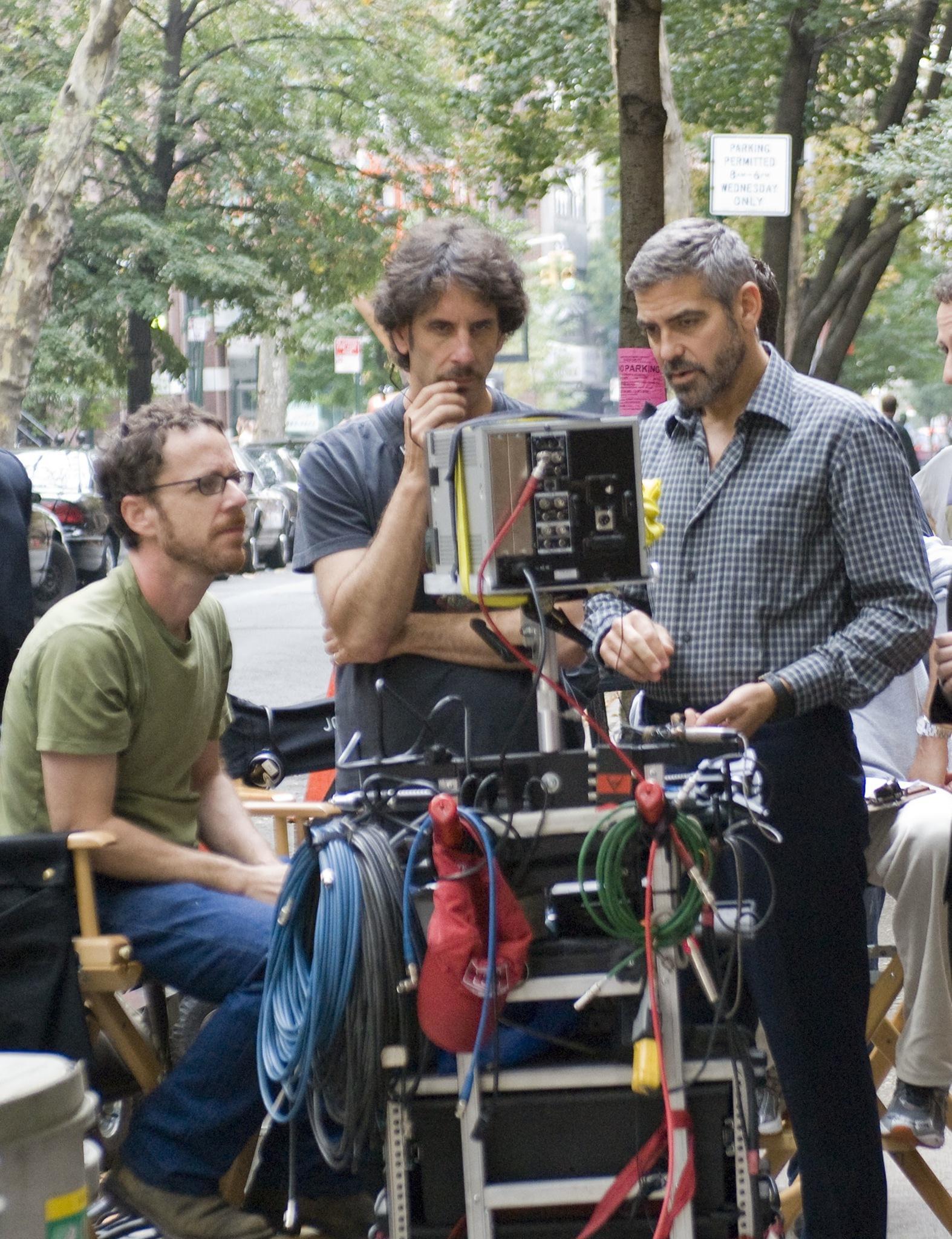 Братята Коен и Джордж Клуни по време на снимките на новия филм Hail, Caesar!