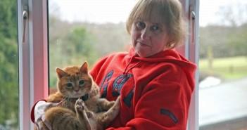 Стефани с една от нейните котки