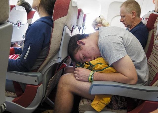 самолетни истории с агресивен спящ пътник