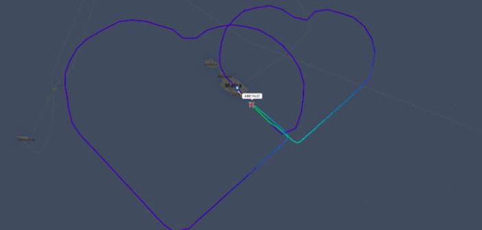 Самолет нарисува две сърца в небето над Средиземно море