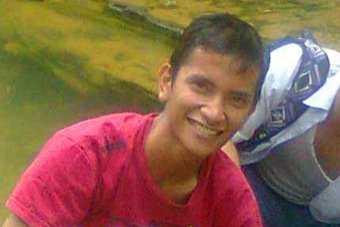 индонезиец оцеля след едночасов полет в колесника на самолет