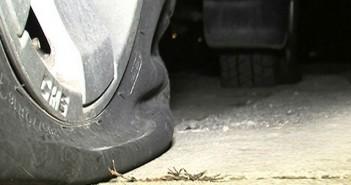 Вандали нарязаха гумите на над 70 коли в Банско