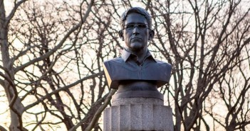 Edward Snowden, Едуард Сноудън паметник