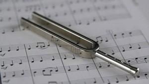 Защо основната честота в музиката е променена от 432 hz на 440 hz?