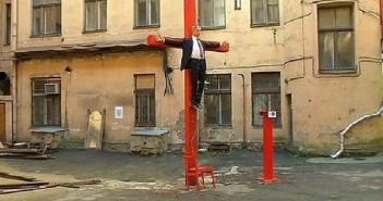 Разпънаха Путин на кръст в Рига