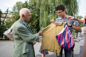 We can do it, инициатива, бедни българи, младежи купуват храна