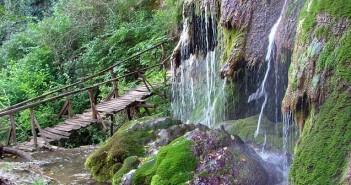Крушунските водопади, скална маса, затрупани туристи