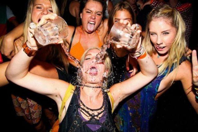 парти, напиване, алкохол, изкуството да не се напиете на служебно парти