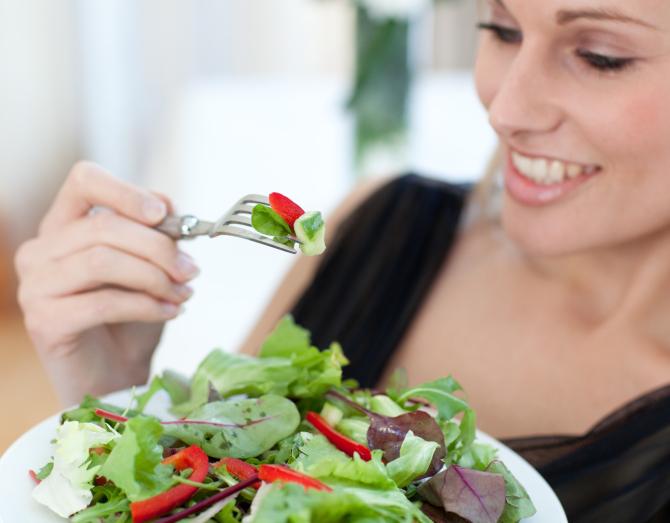 храна за хора над 40, салата, сьомга, рикота, ядки, маруля, пъпеш, шоколад