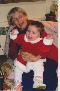 Приемственост между поколенията - снимка на 101-годишна жена и двуседмичното й пра правнуче е хит в интернет