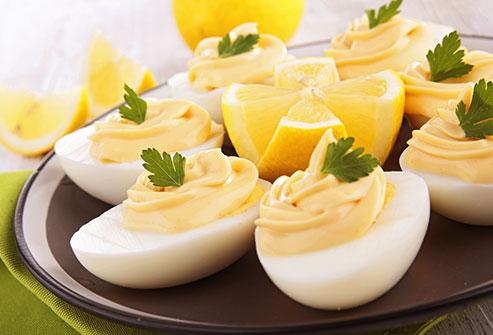 как да познаем колко са стари яйцата без тази щампа или домашните яйца, които сме забравили отдавна в хладилника