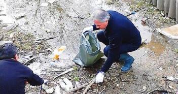Кметът на Плевен Георги Спартански участва в чистенето на градската каскада