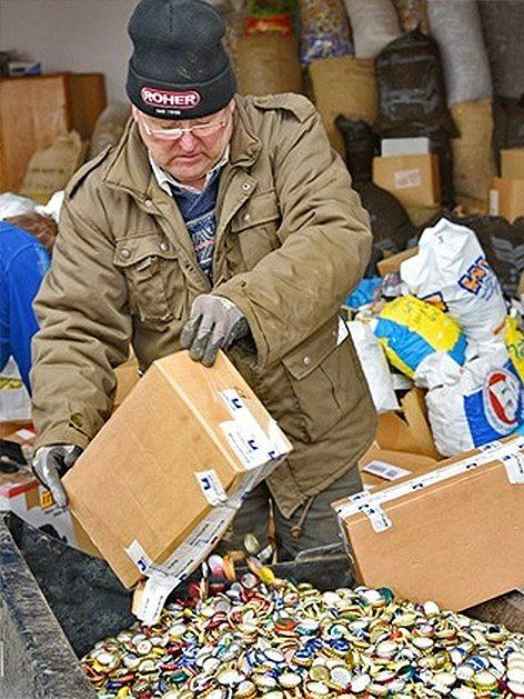 мъж събра 18 тона капачки от бира