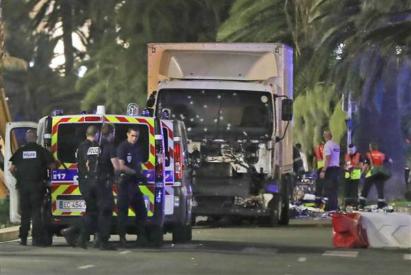 Камион уби над 80 души в Ница при терористичен акт (ВИДЕО)