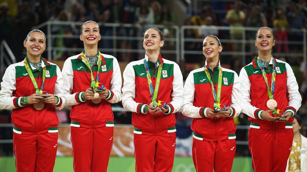 Възпитаничките на Ина Ананиева получиха оценки от 17.700 точки на пет ленти и 18.066 точки на два обръча и три чифта бухалки.Това е първо отличие за български ансамбъл от олимпиада след бронза в Атина 2004.Българките гимнастички показаха невероятна воля и характер, за да стигнат от отличието предвид трудностите, които преживяха в последните месеци. Както е известно, Любомира Казанова влезе в отбора едва преди два месеца след инцидента с Цветелина Стоянова.  Българките и испанките единствени не допуснаха грешки в двете си композиции, докато Русия имаше изпускане в изпълнението си на пет ленти.