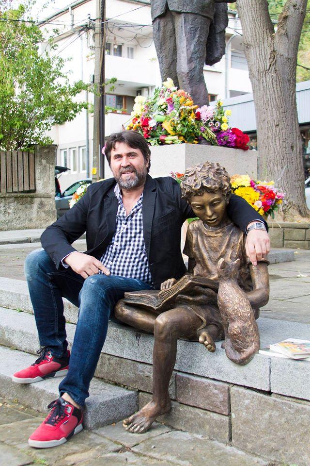 Адриан Новаков и неговите скулптури супер котки