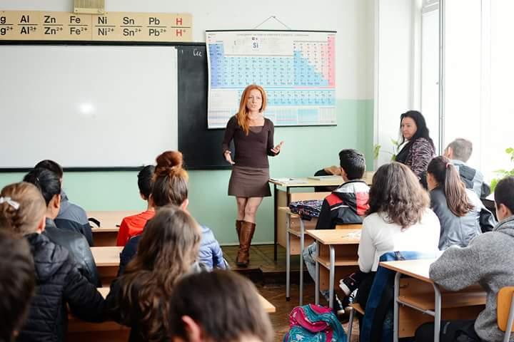 """Кристина Кръстева се срещна с учениците от 11 клас в кабинета по химия. Тя им разказа за работата в екипа на в. """"24 часа"""" и за своя опит в отразяването на парламентарните теми."""