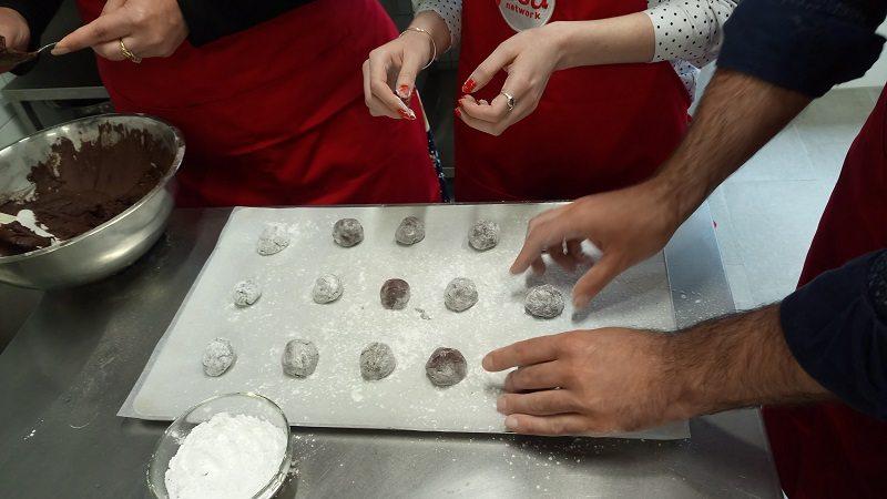 Анна Олсън и Косьо Филипов правят шоколадови сладки