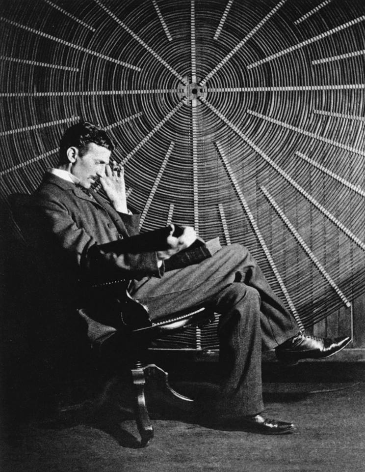 Никола Тесла пишел стихове и сравнително добре говорел осем езика. Обичал философията и хубавата музика.