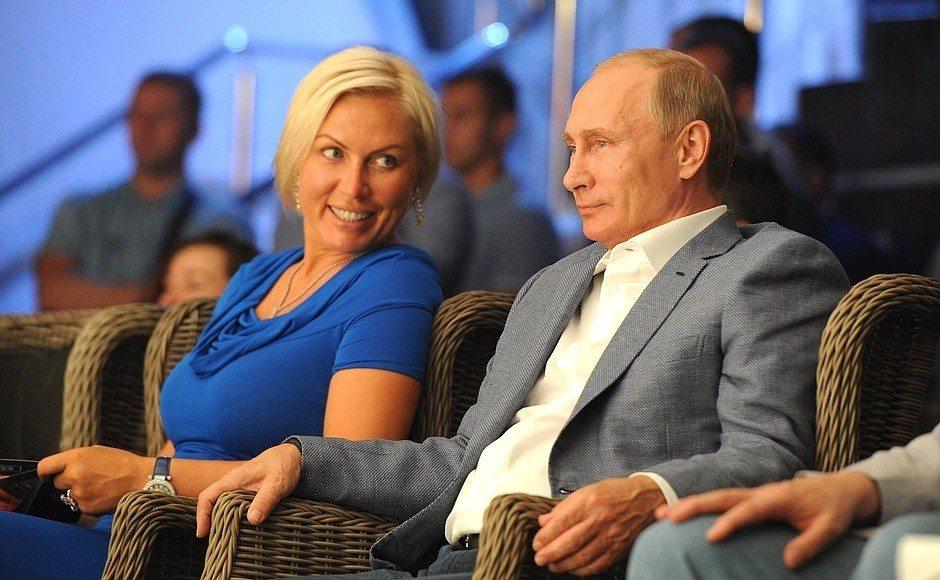 жените около Путин