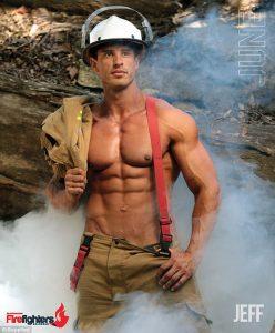календар с голи пожарникари