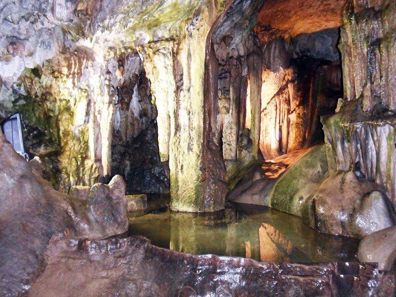 езерото на желанията в пещерата Леденика