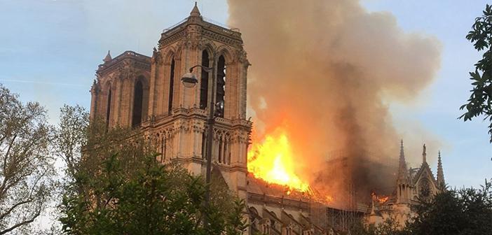 Нотр Дам в пламъци! Гори една от емблемите на Париж (на живо)